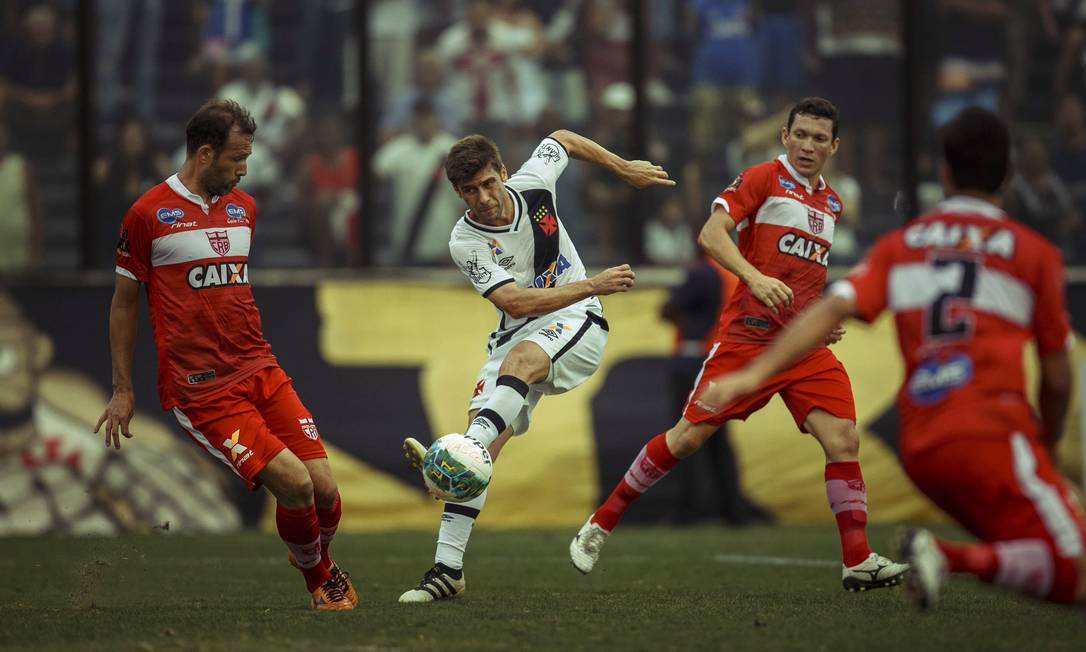 Fellype Gabriel bate de canhota em meio à marcação do CRB: surpresa como titular no Vasco, jogador foi substituído no intervalo Daniel Marenco / Agência O Globo