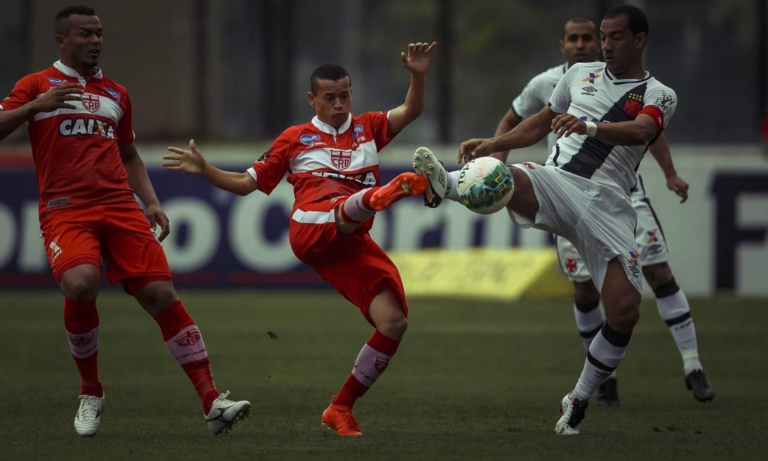 Rodrigo divide no alto com jogador do CRB na derrota do Vasco Daniel Marenco / Agência O Globo