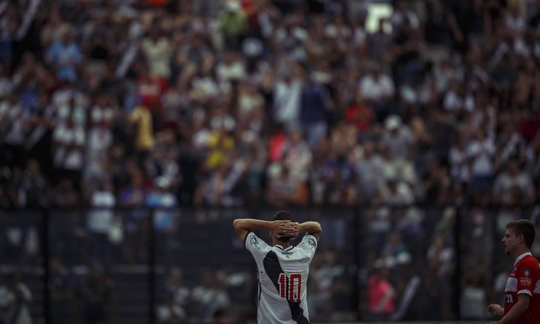 Nenê com ar de desolado diante da massa vascaína em São Januário: derrota e decepção em casa, contra o CRB Daniel Marenco / Agência O Globo