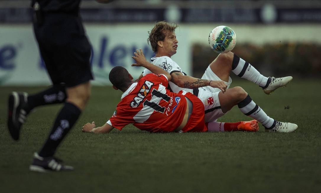 Diguinho briga no chão pela bola: Vasco desapontou a torcida ao perder do CRB, e volante foi um dos vaiados ao fim do jogo Daniel Marenco / Agência O Globo
