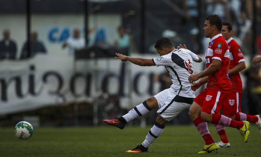 Ederson, como sempre, foi uma exceção em meio á mediocridade do Vasco em campo e marcou o gol do time na derrota por 2 a 1 para o CRB Daniel Marenco / Agência O Globo