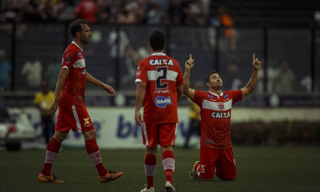 Zé Carlos aponta para o céu ao festejar um de seus gols na vitória do CRB sobre o Vasco em São Januário Daniel Marenco / Agência O Globo