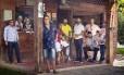 Seleção. O anfitrião Zeca à frente do time (a partir da esquerda): Pedrinho da Flor, Brasil do Quintal, Gilson Bernini, Dunga, Leandro Di Menor, Claudemir, Marquinho China, Mario Cleide e Barbeirinho