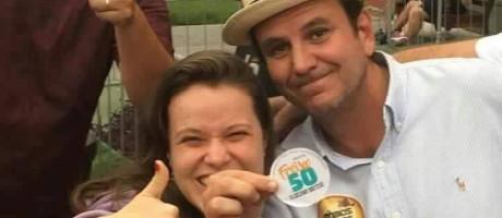 Paes posa com eleitora de Freixo durante evento na Zona Portuária Foto: Reprodução