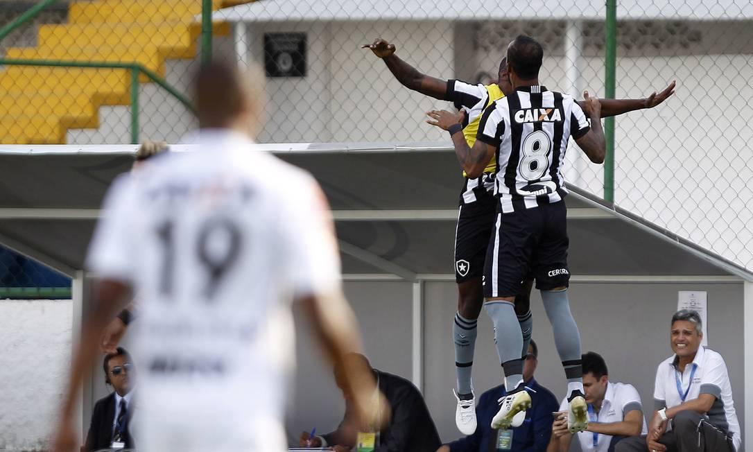 Bruno Silva (8) comemora com um companheiro do banco de reservas o gol que marcou pelo Botafogo sobre o Atlético-MG Vitor Silva/SSPress/Botafogo / Agência O Globo