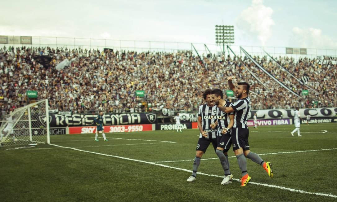 No alçapão da Ilha do Governador, jogadores e torcida do Botafogo comemoram: vitória sobre o Atlético-MG Daniel Marenco / Agência O Globo