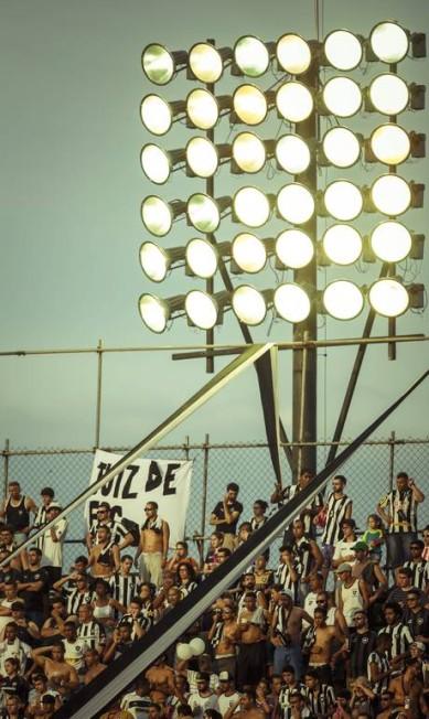 A torcida alvinegra no Estádio Luso-Brasileiro, chamdo de Arena Botafogo, na Ilha do Governador Daniel Marenco / Agência O Globo