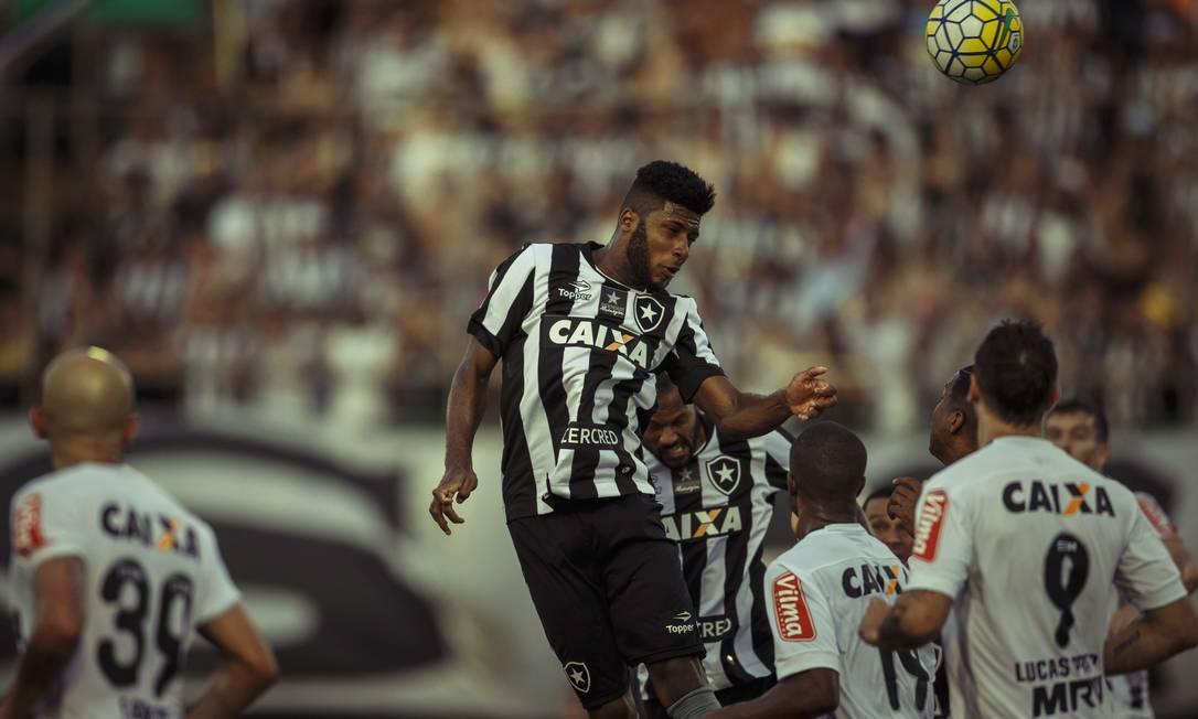 A zaga do Botafogo afasta o perigo, em lance de ataque do Atlético-MG Daniel Marenco / Agência O Globo