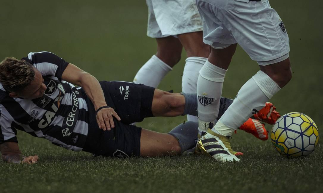 Alemão dá o carrinho e tenta recuperar a bola para o Botafogo no jogo contra o Atlético-MG Daniel Marenco / Agência O Globo