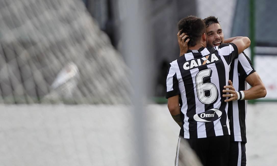 Victor Luis e Rodrigo Pimpão se abraçam: alegria no Botafogo Vitor Silva/SSPress/Botafogo / Agência O Globo