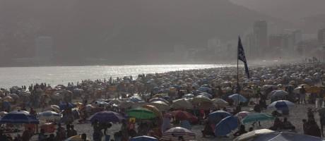 Ipanema e Leblon ficaram cheias no primeiro dia do horário de verão Foto: Agência O Globo / Angelo Antonio Duarte