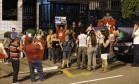 Simpatizantes de Lula fazem ato contra a prisão do ex-presidente em frente ao apartamento do petista em São Bernardo do Campo Foto: Edilson Dantas / Agência O Globo