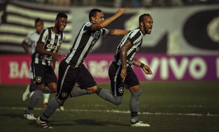Bruno Silva comemora o primeiro gol do Botafogo. No lance, a bola bateu no seu braço - Daniel Marenco / Agencia O Globo / Agência O Globo