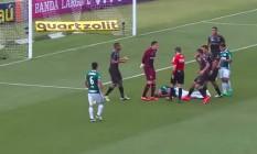Gabriel Jesus caído no gramado enquanto os jogadores do Figueirense cercam o árbitro após a marcação do pênalti a favor do Palmeiras Foto: Reprodução/TV