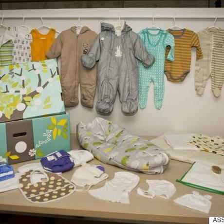 Foto mostra a caixa que o governo da Finlândia distribui para todos os recém-nascidos no país desde 1938 Foto: Roni Rekomaa / AP
