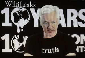 Julian Assange participa de entrevista coletiva por vídeo no 10º aniversário do WikiLeaks Foto: Markus Schreiber / AP