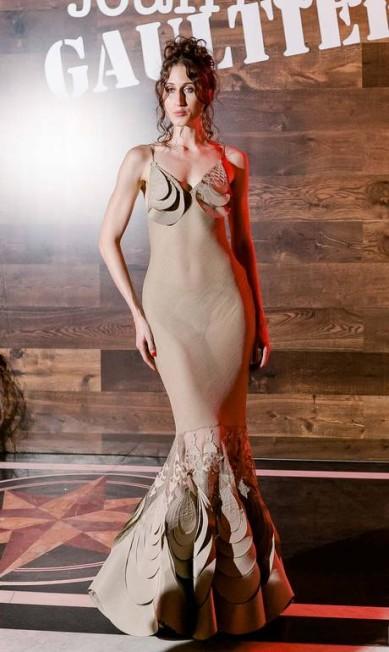 Top do momento, Anna Cleveland foi a sensação da festa de Jean Paul Gaultier, no Rio de Janeiro, na noite deste domingo. A modelo, filha de Pat Cleveland, chegou poderosa ao evento, dançou, posou com os marinheiros sarados Bruno Ryfer/ Divulgação