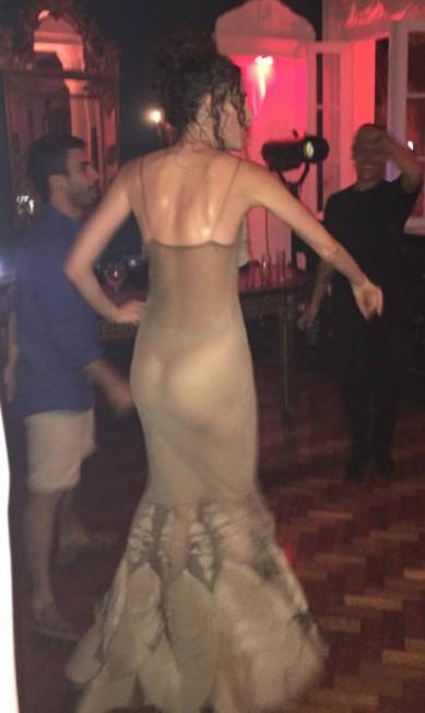De outro ângulo, nas costas, o vestido de Anna era completamente transparente, o que revelou o fio dental da top Gilberto Júnior