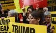 Grupo de pessoas se reúne em frente à Trump Tower, em Nova York, em protesto contra o republicano
