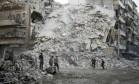 Capacetes brancos procuram vítimas entre escombros de prédio destruído por ataque aéreo em Aleppo Foto: CKARAM AL-MASRI / AFP