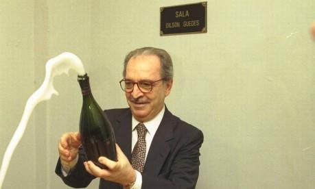 Tapetão. Álvaro Barcellos, presidente do Fluminense, comemora com champanhe a decisão da CBF que manteve o clube na Série A Foto: Gabriel de Paiva 20/06/1997 / Agência O Globo