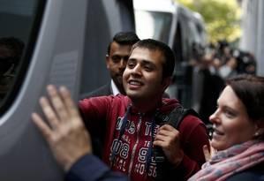 Migrante sorri para um parente depois de ser recebido em um centro de imigração em Croydon, no sul de Londres Foto: PETER NICHOLLS / REUTERS
