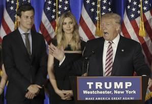 Republicano Donald Trump discursa ao lado do genro, Jared Kushner, e da filha, Ivanka, em Nova York Foto: MIKE SEGAR / REUTERS