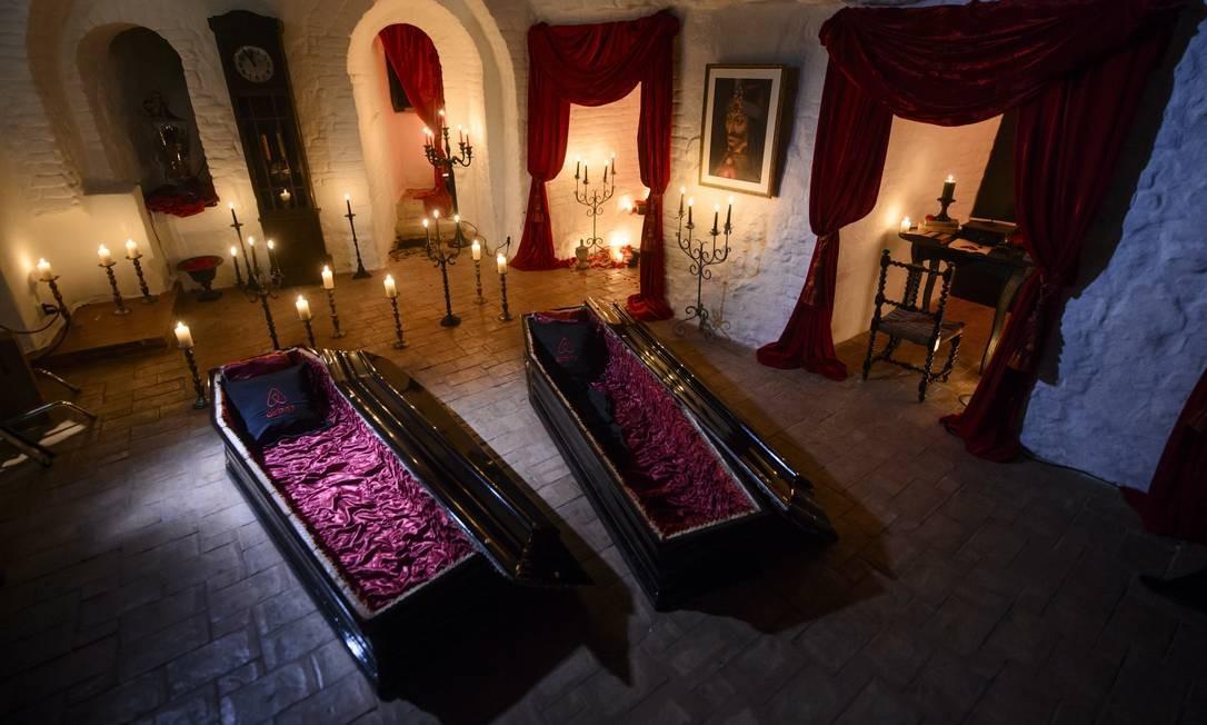 Caixões serão as camas dos vencedores Foto: Andreea Alexandru/AP