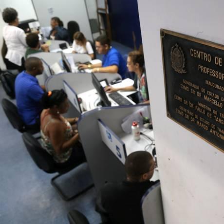 Em meio à recessão, pessoas procuram emprego em centro de oportunidades no Rio Foto: Custódio Coimbra / Agência O Globo