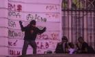 Manifestantes picharam a Câmara Municipal, na Cinelândia Foto: Alexandre Cassiano / Agência O Globo