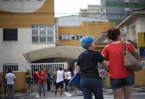 Dia de luto. Adolescentes em frente ao colégio onde Gustavo Detter estudava, em São Vicente, litoral de São Paulo Foto: Marcos Alves
