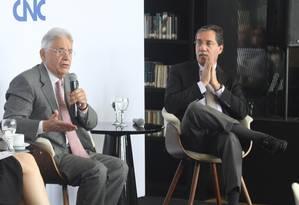 """Ex-presidente Fernando Henrique Cardoso, ao lado do colunista do GLOBO Merval Pereira, no encontro """"E agora, Brasil?"""" Foto: Paulo Nicolella / Agência O Globo"""