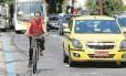 Bicicleta e carro na Rua São Clemente, em Botafogo