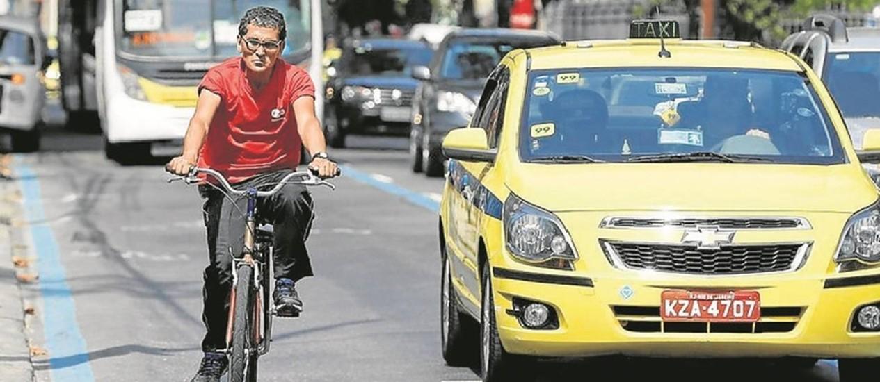 Bicicleta e carro na Rua São Clemente, em Botafogo Foto: Domingos Peixoto / O Globo