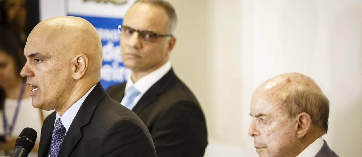 O ministro Alexandre de Moraes dá entrevista à frente do secretário de Seguranca Roberto Sá e do governador em exercício Francisco Dornelles Foto: Fernando Lemos / O Globo