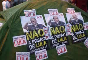 Militantes pró-PT em vigília na frente da casa de Lula, em São Bernardo, após vazamento de suposta prisão do ex-presidente Foto: Pedro Kirilos / Agência O Globo / Arquivo / 17/10/2016