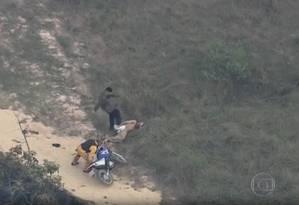 Segurança dá chute em detento recapturado após rebelião em Franco da Rocha, na Grande SP Foto: Reprodução/TV Globo