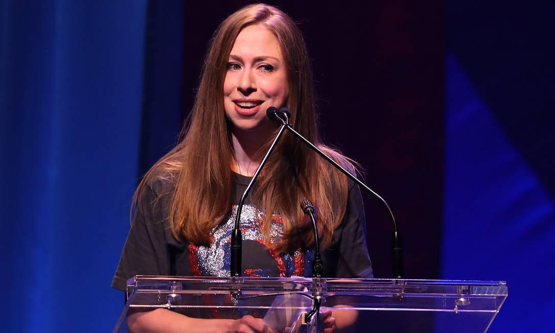 Chelsea Clinton, filha de Hillary, fez seu discurso no evento 'Hillary victory fund - Stronger together'; a mãe participou por vídeo JUSTIN SULLIVAN / AFP
