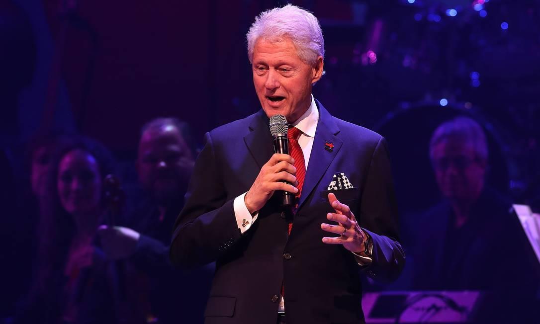 Marido de Hillary, o ex-presidente Bill Clinton também deu uma palavrinha na festa JUSTIN SULLIVAN / AFP