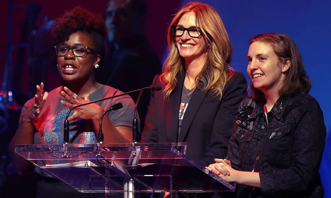 As atrizes Uzo Aduba, Julia Roberts e Lena Dunham dividiram o microfone JUSTIN SULLIVAN / AFP