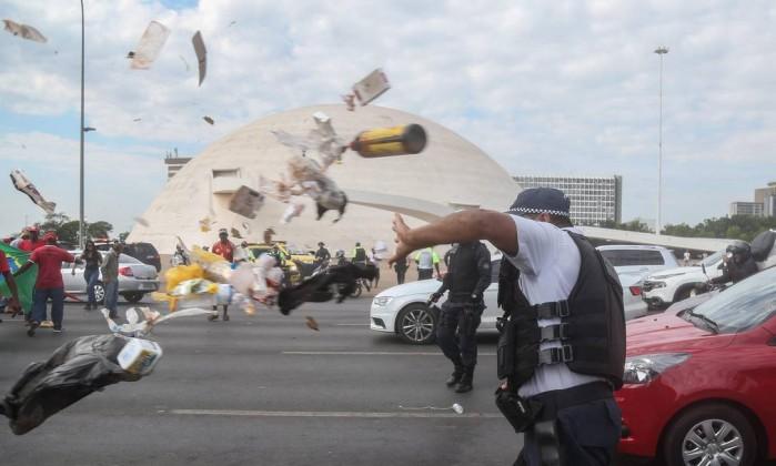 Resultado de imagem para imagem de pms do df atingidos por manifestantes