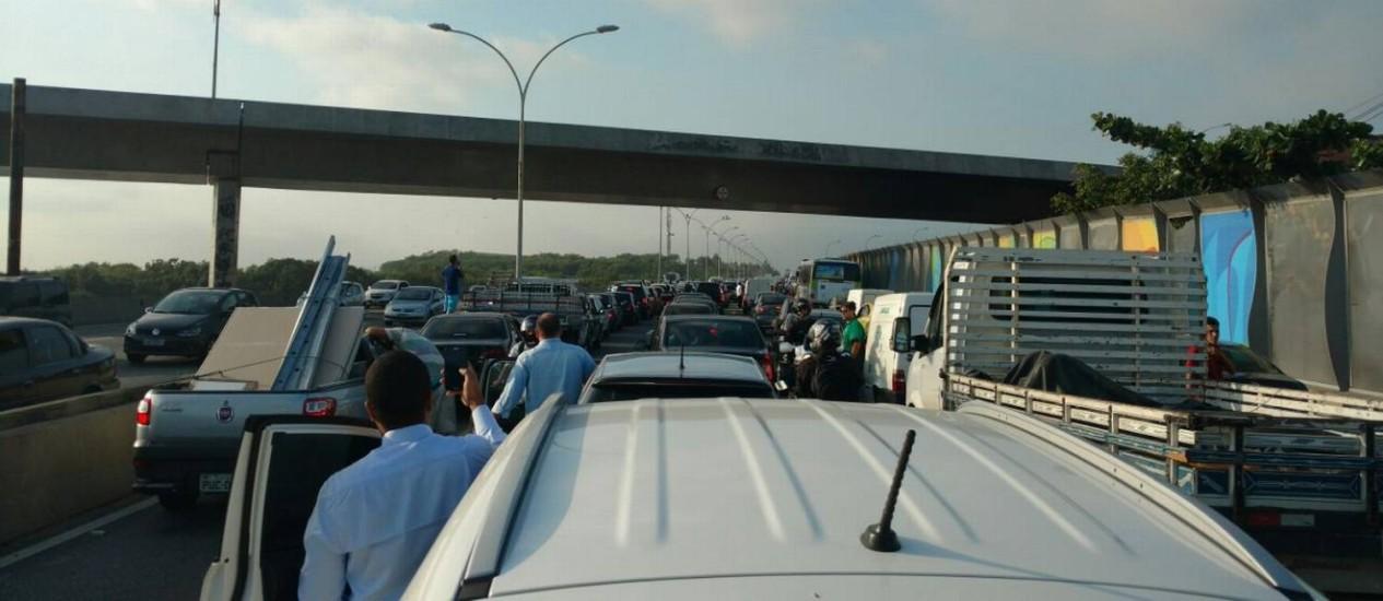 Por causa de arrastão que parou trânsito na Linha Vermelha, morotistas deixaram seus carros para descobrir o que estava acontecendo Foto: Renan Alves / Foto de leitor