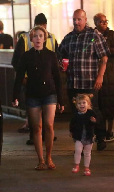 A presença de Scarlett Johansson não costuma passar em branco. Mas parece que ela ganhou uma concorrente que conseguiu a façanha: a filhinha Rose, que acompanhou a mãe no set de filmagem na noite de segunda-feira AKM-GSI