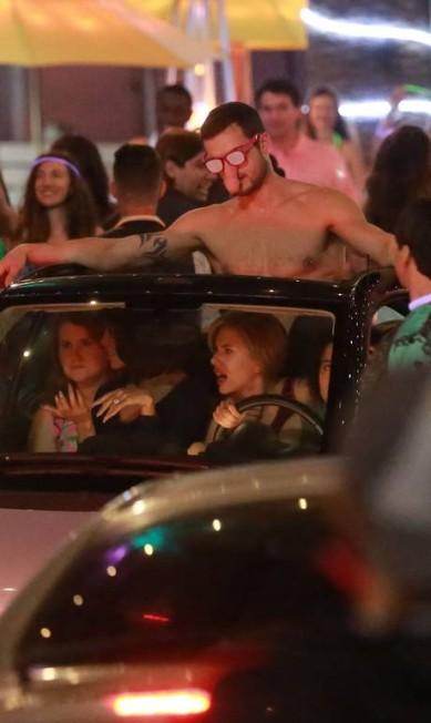 Depois de deixar a filha com babás, Scarlett gravou uma cena da comédia em que um dos atores aparece com um óculos, digamos, inusitado AKM-GSI