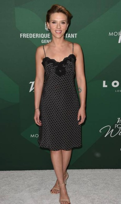 Dias antes, Scarlett Johansson trocou a roupa casual da gravação para comparecer ao Variety's 10th Power of Women Luncheon, na Califórnia ROBYN BECK / AFP