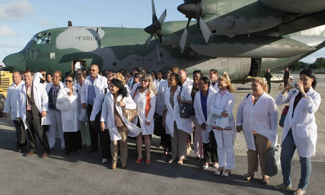 Grupo de 70 médicos cubanos chega à base aérea do Recife para ingressar no Programa Mais Médicos Foto: Hans von Manteuffel 27/10/2013 / Agência O Globo