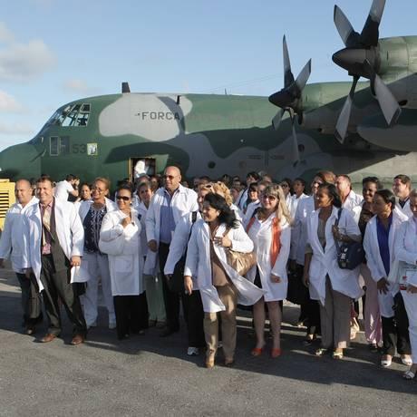 Polêmica. Grupo de 70 médicos cubanos chega à base aérea do Recife para ingressar no Programa Mais Médicos Foto: Hans von Manteuffel 27/10/2013 / Agência O Globo