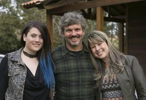 Amanda, entrevistada do primeiro episódio (à esquerda), com o diretor João Jardim e a irmã Foto: Divulgação/GNT