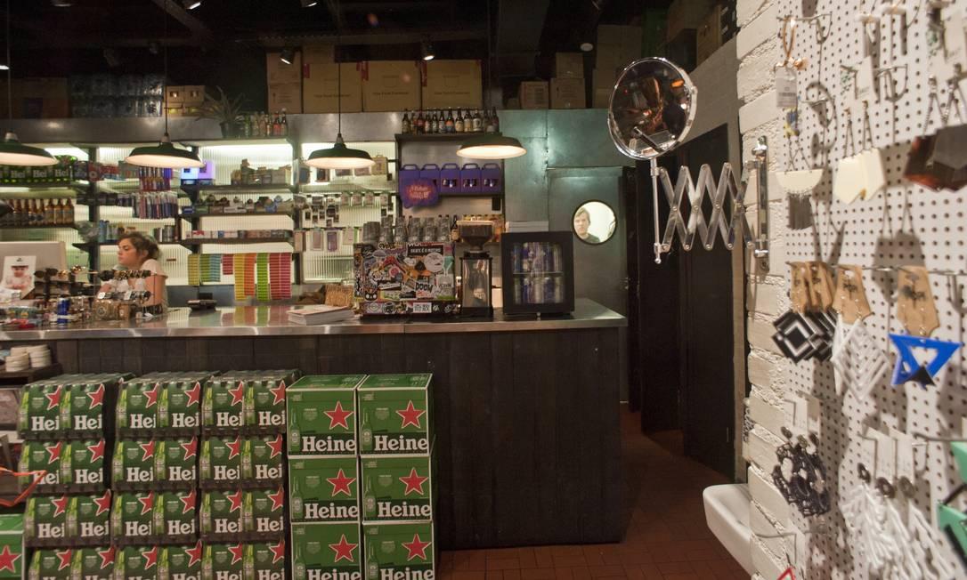 A Void é um mix de bar com loja de itens de conveniência, que reúne desde escova de dentes até produtos para skate Adriana Lorete / Agência O Globo