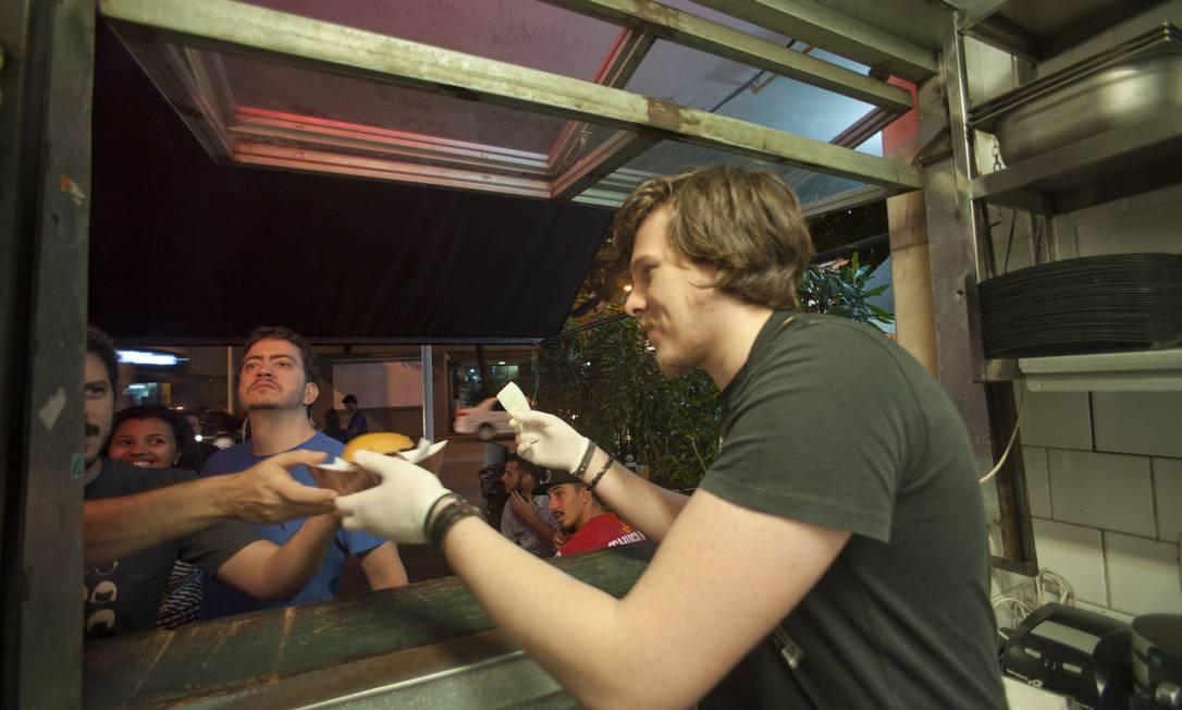 Próximo ao metrô, o lugar é um dos mais descolados e concorridos da gastronomia de rua no Rio Adriana Lorete / Agência O Globo